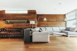 Salon moderne avec parquet au sol et aux murs