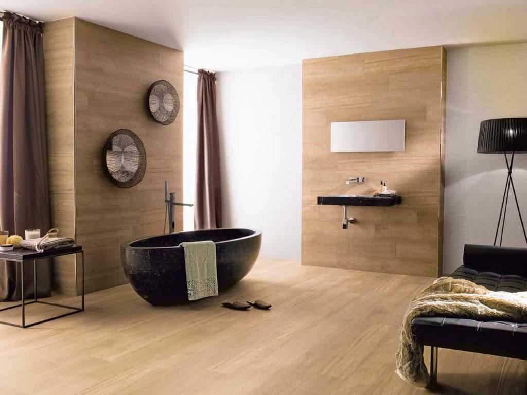 Salle de bain moderne avec des pans de murs en parquet clair