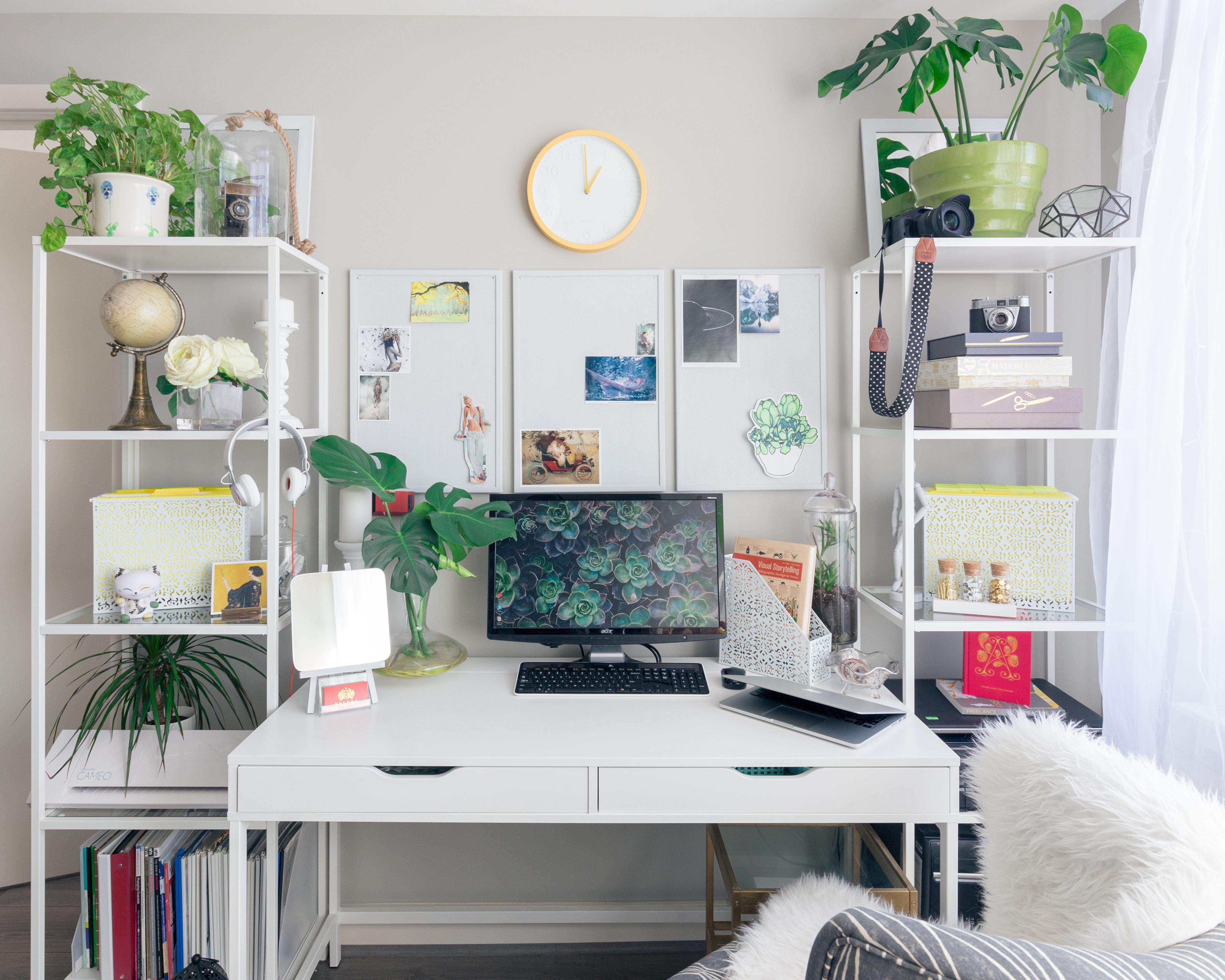 Bureau avec plantes vertes