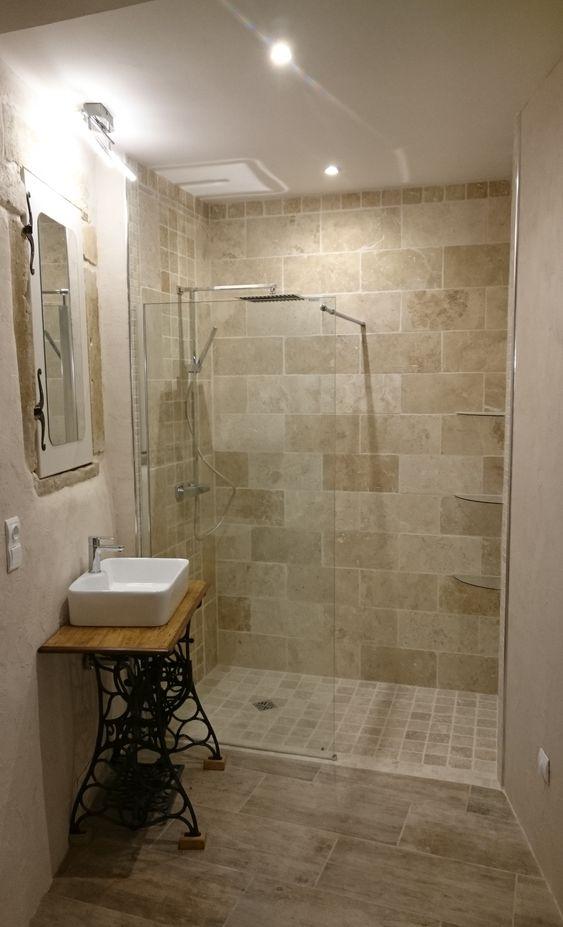 salle de bain avec carrelage imitation parquet au sol