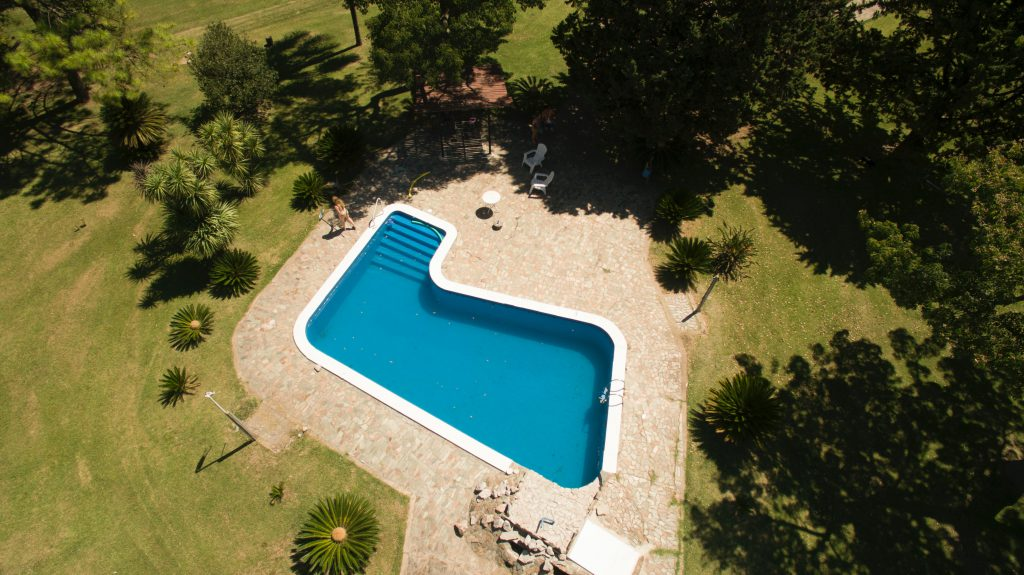 Une piscine creusée vue du ciel